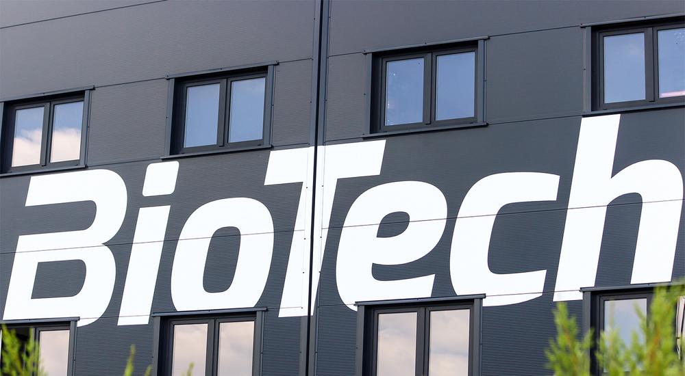 Fekete épületen BioTech felirat