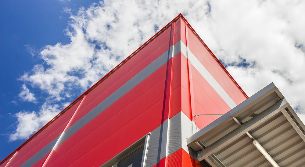 Piros, szürke csíkos sarokpont a Hell épületén