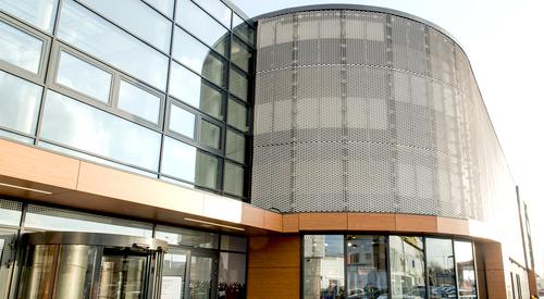 Rainscreen facade, Suspended ventilated facade, Benchmark Kingspan, Benchmark Karrier (HPL, Mesh, Corner)