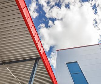 Ferde ablak melletti tetőrész, mely piros