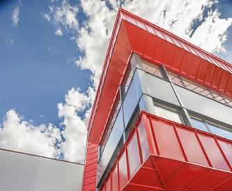 Hell piros, merész designnal ellátott épülete