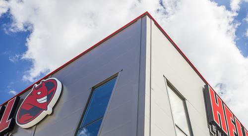 Felső sarki pontja az épületnek, ahol tető- és falpanelek találkoznak