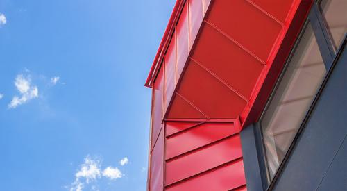 Hell épületén piros TL panelek