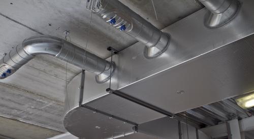 El sistema Kingspan KoolDuct está limpio y se puede instalar al ras del techo