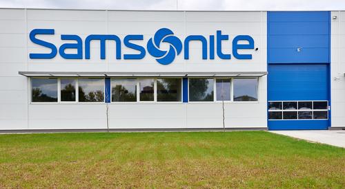 Samsonite felirat egy fehér és kék szendvicspanel épületen