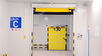 Hűtőház belülről sárga ajtókkal