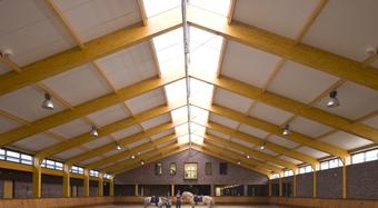 Tetőszerkezet belülről, tetőbevilágító fényében