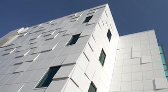 Fehér épület függönyfal rendszerrel